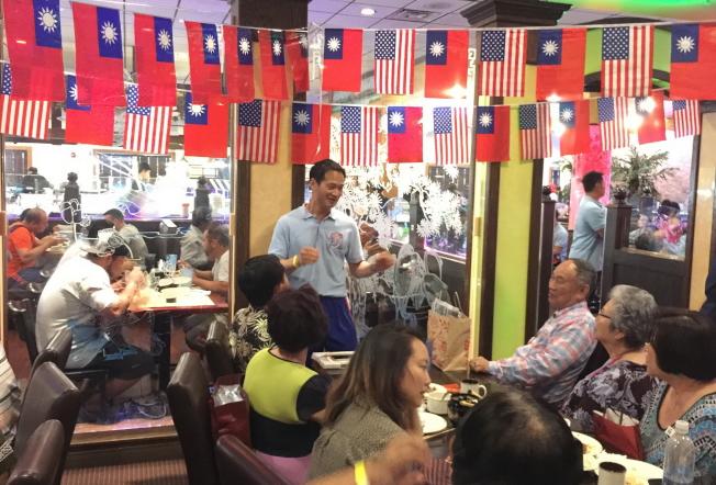 在奧蘭多一級棒餐廳舉行的慶功宴中,中民國啦啦隊協會理事長張育銓向僑胞致謝。(記者陳文迪/攝影)(記者陳文迪/攝影)