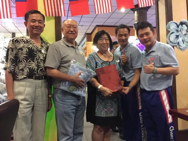 中華民國啦啦隊協會理事長張育銓(右二)與秘書長廖志華(右一)頒發感謝狀給穆椿榮(左二)、薛正凱(左三),感謝贊助餐點,左一僑務委員王成章。(記者陳文迪攝影)