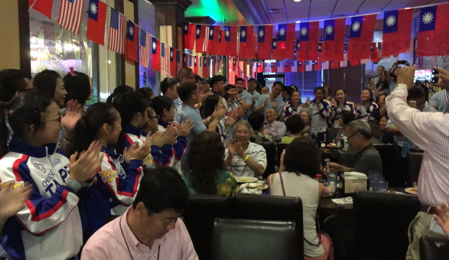 在奧蘭多一級棒餐廳舉行的慶功宴現場一景,氣氛很high。(記者陳文迪/攝影)
