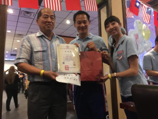 中華民國啦啦隊協會理事長張育銓(中)頒發感謝狀給第一春天超市代表徐經理(左一),感謝贊助巴士。(記者陳文迪/攝影)