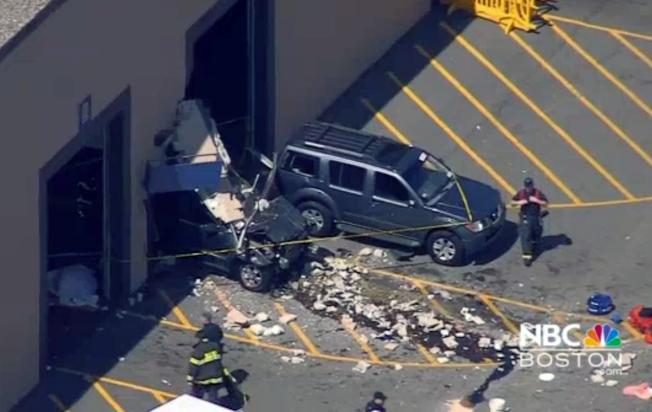 林威汽車拍賣公司發生汽車衝進人群的意外,造成3死10傷意外。美聯社<br />