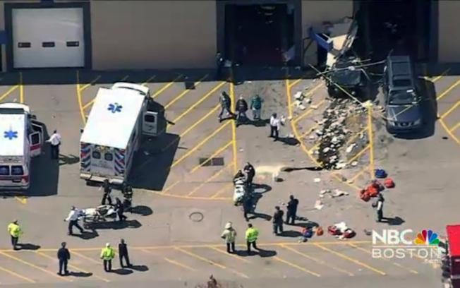 麻州林威汽車拍賣公司發生意外,救護人員急忙處理傷患。美聯社<br />