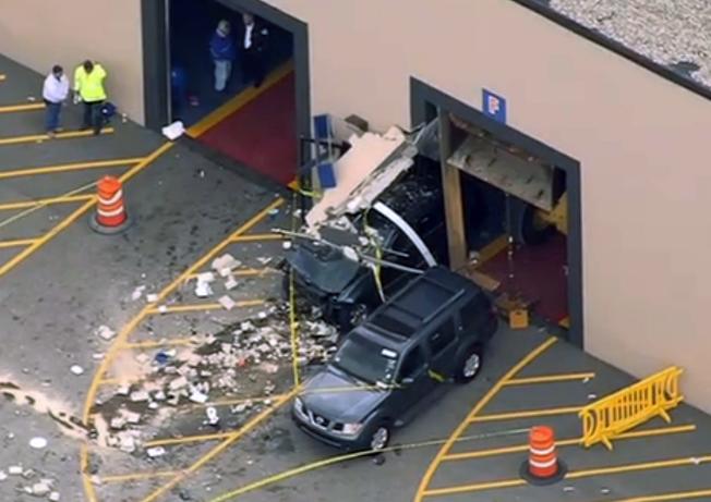麻州林威汽車拍賣公司發生嚴重意外,現場一片混亂。美聯社</p> <p>