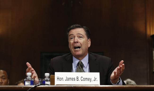 表情6聯邦調查局長柯米談到去年大選的「10月驚奇」時,禁不住越說越激動。(美聯社)