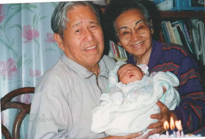 懷抱剛出生的外孫女,父親和母親開心慶祝他的生日。(莊維敏/提供)