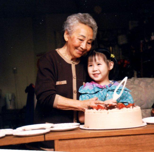 漸漸長大的女兒和老年失偶的外婆。(莊維敏/提供)