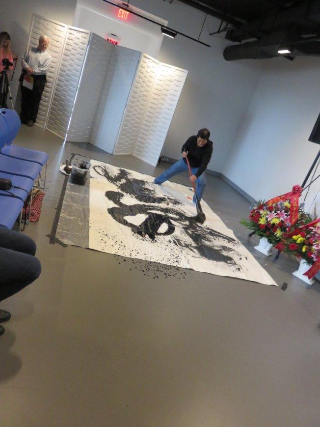包氏文藝中心開幕典禮,書畫家伍振中紮實馬步,手執40磅重的巨筆,即席揮毫書寫「文藝花開」。(記者薛劍童/攝影)