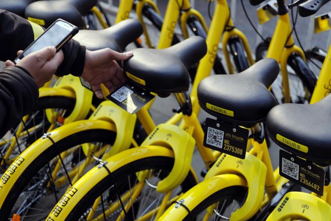 中國的共享單車可以用手機開鎖。(美聯社)