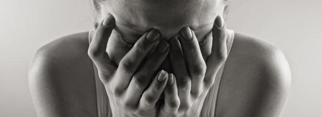 許多女性遭強暴後,陷入羞愧和內疚中。(取自網路)