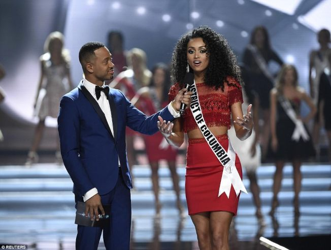 麥庫洛在美國小姐選美會上,回答主持人的問題。(路透)