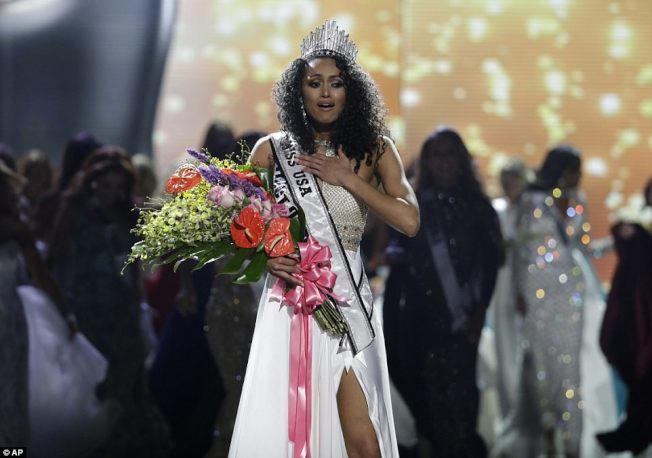 麥庫洛贏得美國小姐后冠。(美聯社)