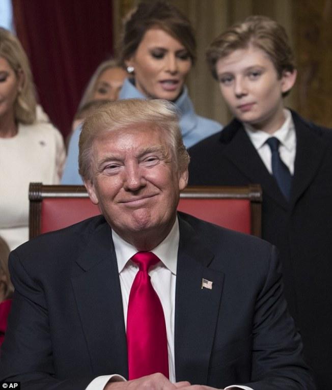 拜倫‧川普在今年一月川普總統就職後,在白宮的檔案照。他的身邊是第一夫人美蘭妮亞。(美聯社)