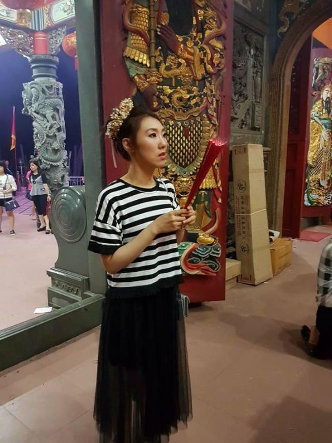 謝金晶在印尼演出前後都去拜拜。(摘自chang bambang臉書)