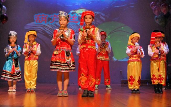 同學們表演中國民族器樂-葫蘆絲。記者賈忠/攝影