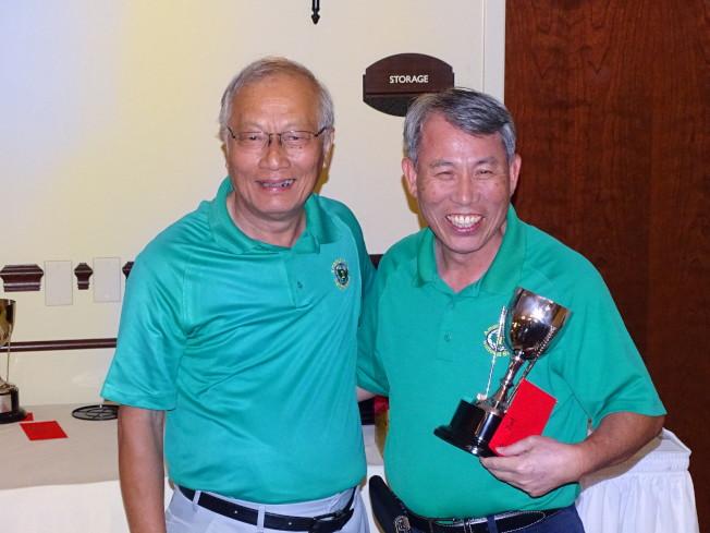 恆豐銀行總經理張永男(右)以86桿佳績,獲吳文龍頒發獎杯及獎金。