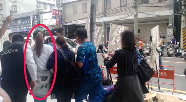 謝金燕(左二紅圈)被拍到閃人群為父親移靈。記者林怡秀/攝影