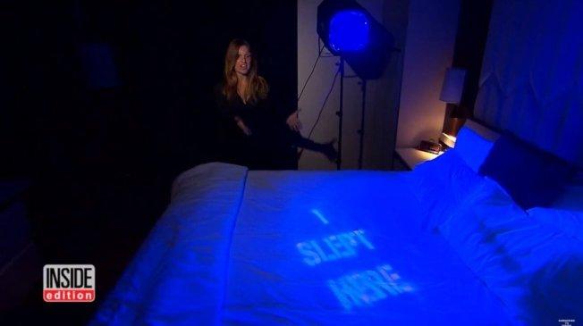調查小組先在飯店裡住一晚,使用特殊顏料在床單上留記號,退房後便再用假名訂下相同的房間,來檢查飯店是否會換洗床單後才給下一位房客使用。 圖擷自YouTube