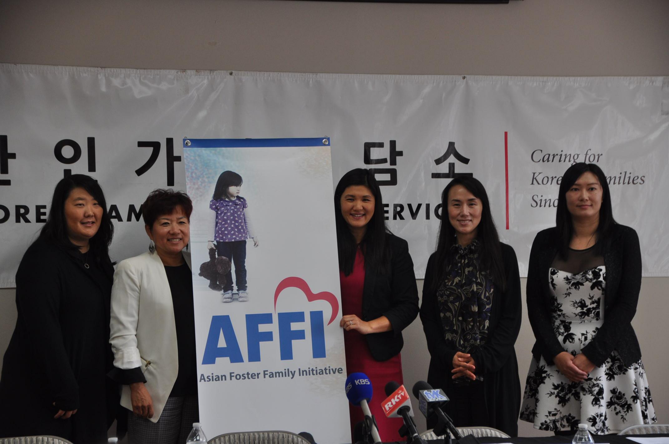 韓美家庭服務中心董事Connie Chung(右三)宣佈全美第一家致力於亞裔寄養兒童的寄養機構成立。(記者張越/攝影)