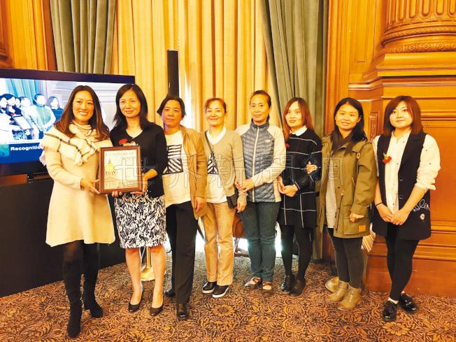 市議員湯凱蒂(左)為水餃之國餐廳女東主李慧莉(左二)和多名員工頒獎。(記者黃少華/攝影)