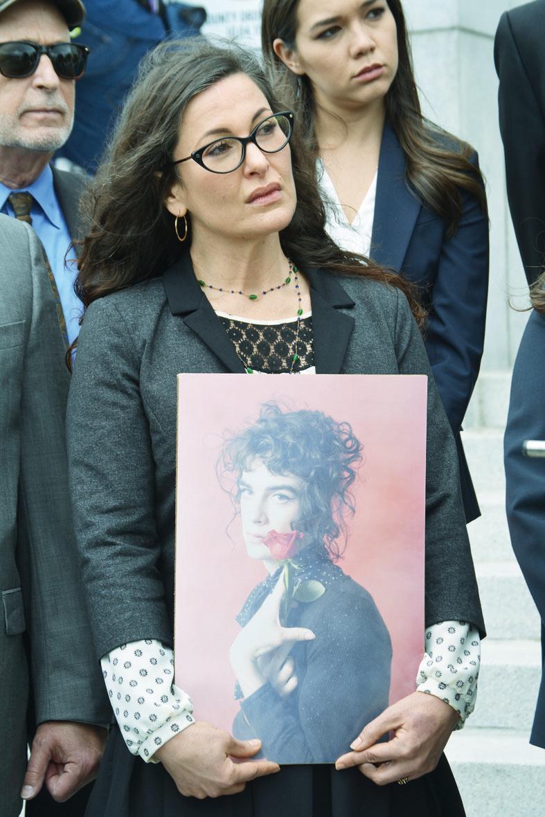 麗莎(Leisa Askew)的22歲女兒帕什(Pash Askew)在火災中喪生,她帶著女兒的大幅遺像出席記者會,表情一直很沉重。(記者劉先進/攝影)