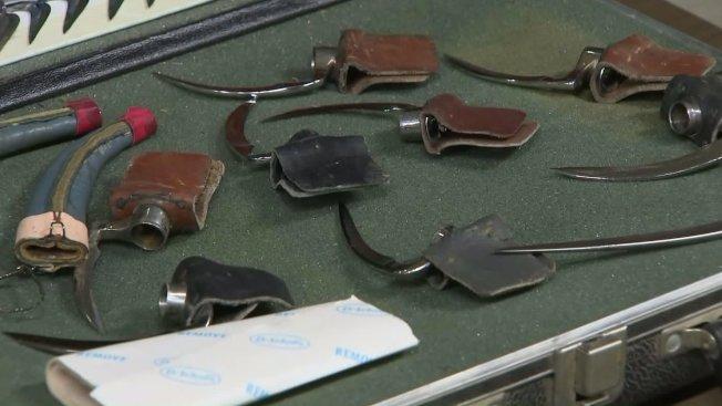 警方在鬥雞場查獲的鉤刀,這些鉤刀用於綁在雞腳上,使鬥雞的殺傷力更強。(KTLA電視台)
