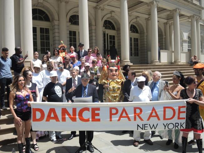 多個合辦單位的參與者穿各種特色的舞衣為活動造勢,華人舞團嶄露頭角。(記者王靖雯/攝影)