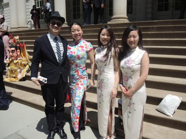 華人舞蹈團體積極參與,左一為紐約茹寶舞蹈藝術學校創辦人茹寶,左二為該校導師;右兩少女來自Red Dance Studio。(記者王靖雯/攝影)
