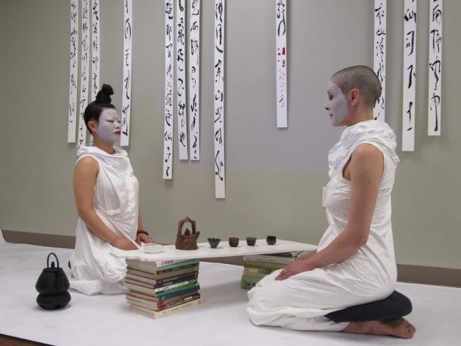 對於李桂田(左)來說,茶道、書道、人道為三位一體的概念。(記者顏嘉瑩/攝影)