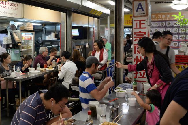 「黃金商場」創始店狹窄老舊,房東計畫在明年裝潢地下室美食廣場。(記者朱澤人/攝影)