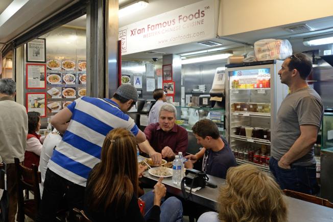 「西安名吃」位於黃金商場的創始店吸引大批外族裔饕客,不過將在本月底關門。(記者朱澤人/攝影)