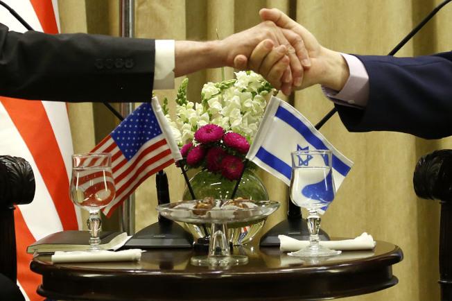 美以關係密切,圖為美防長訪問以色列,與以國總統黎福林握手。(美聯社)