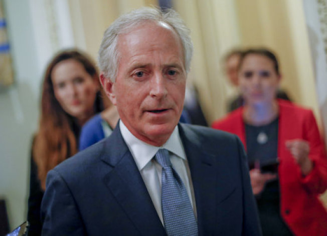 參議院外交委員會主席柯克對媒體指出,白宮正在「向下沉淪」,必須設法改正才行。美聯社