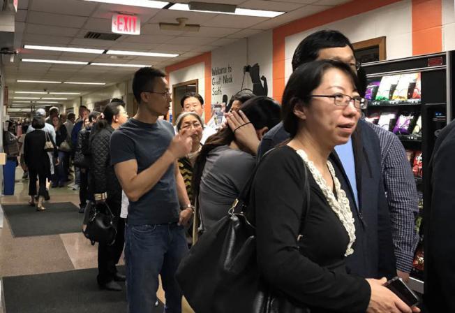 投票所內擠滿華人,熱情高漲。(潘琳提供)