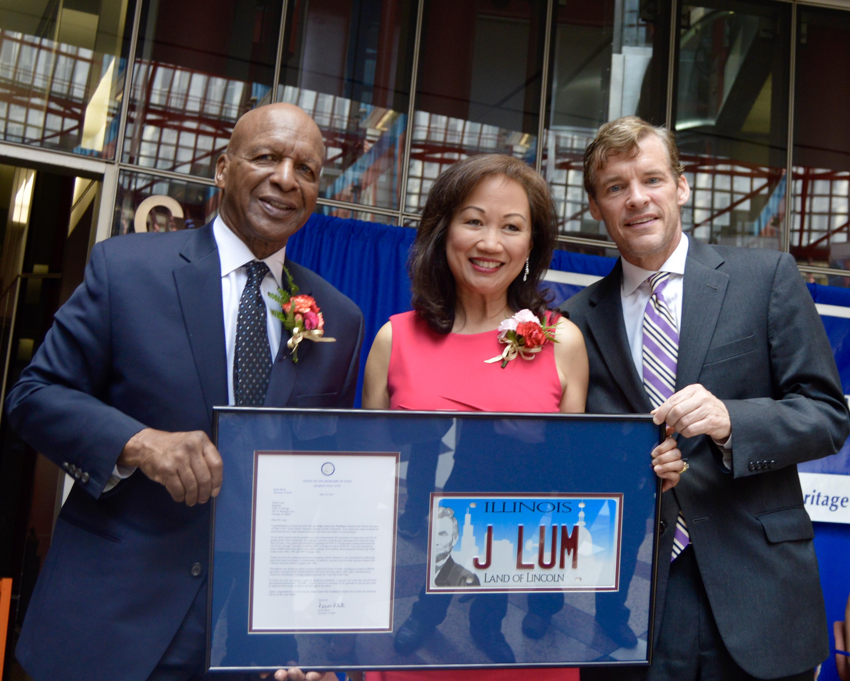 懷特(左)向第32頻道新聞主播林珍重(右)頒發「劉家鈺紀念獎」。(記者董宇/攝影)