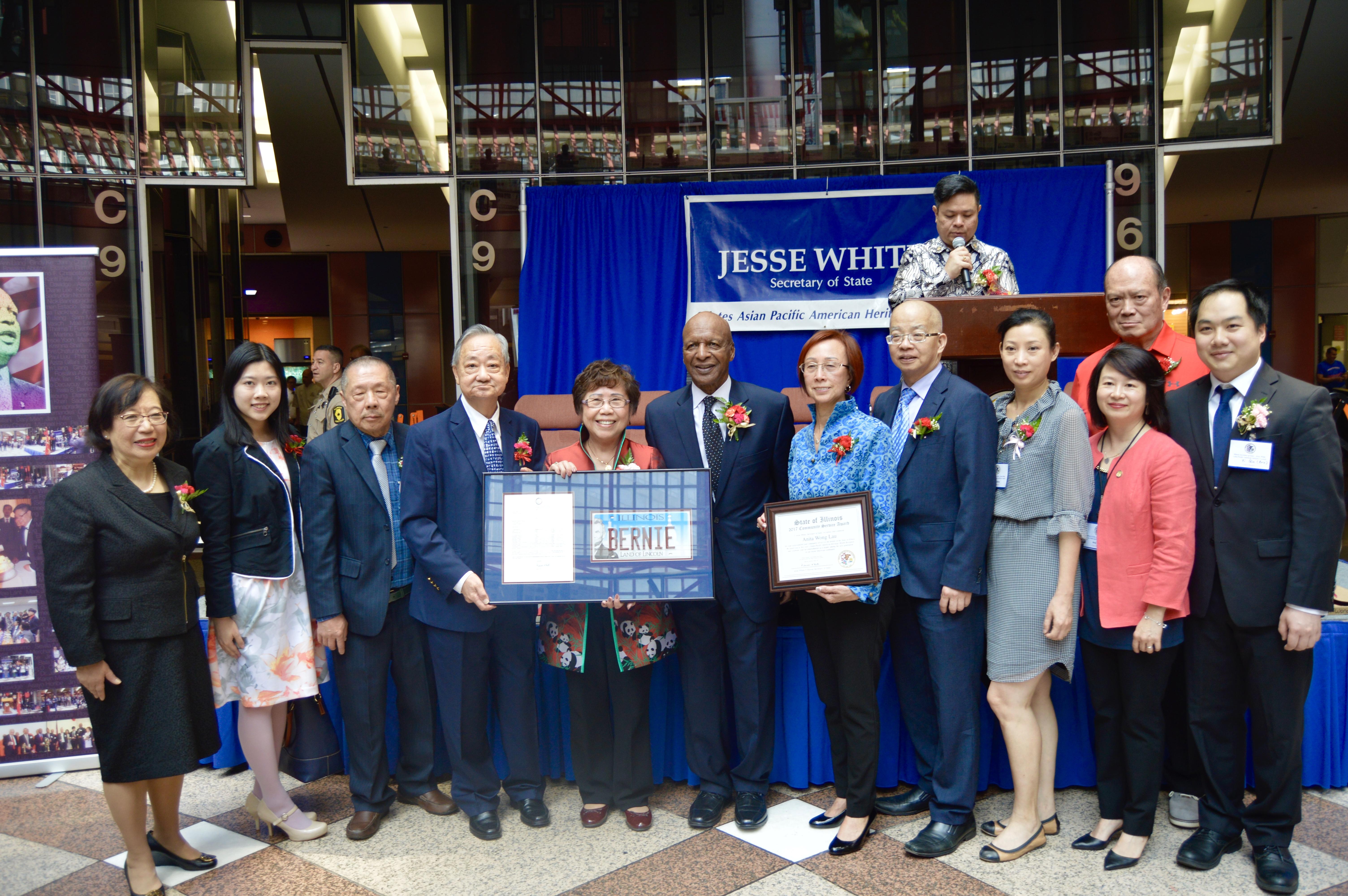 伊利諾州州務卿懷特(左四)16日在州府大樓大廳舉行的亞太裔傳統月慶祝活動,多位亞裔代表出席。(記者董宇/攝影)