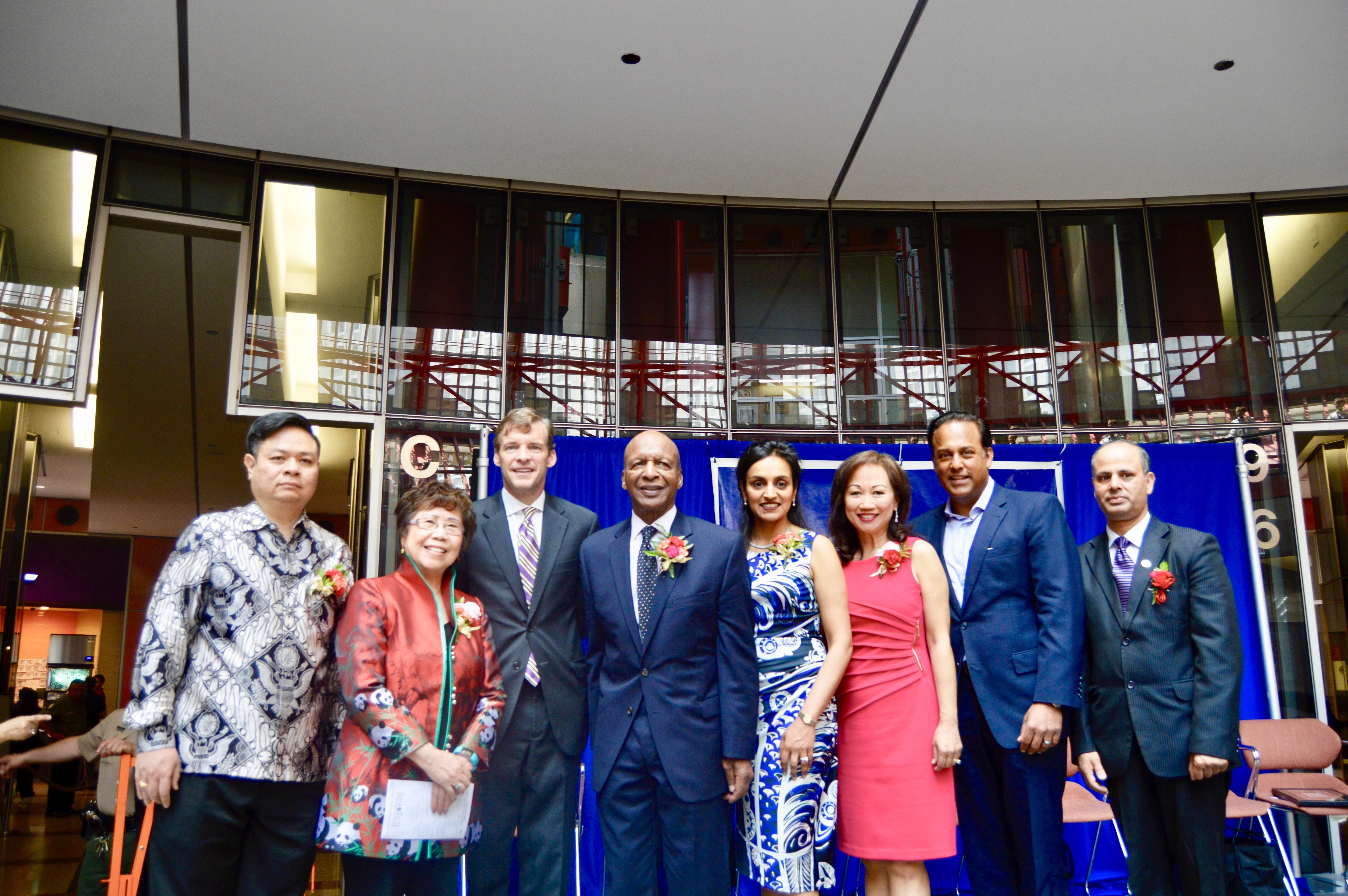 伊利諾州州務卿懷特(左四)16日在州府大樓大廳舉行的亞太裔傳統月慶祝活動,黃羅瑞雄(左二)、林珍重(右三)獲獎。(記者董宇/攝影)