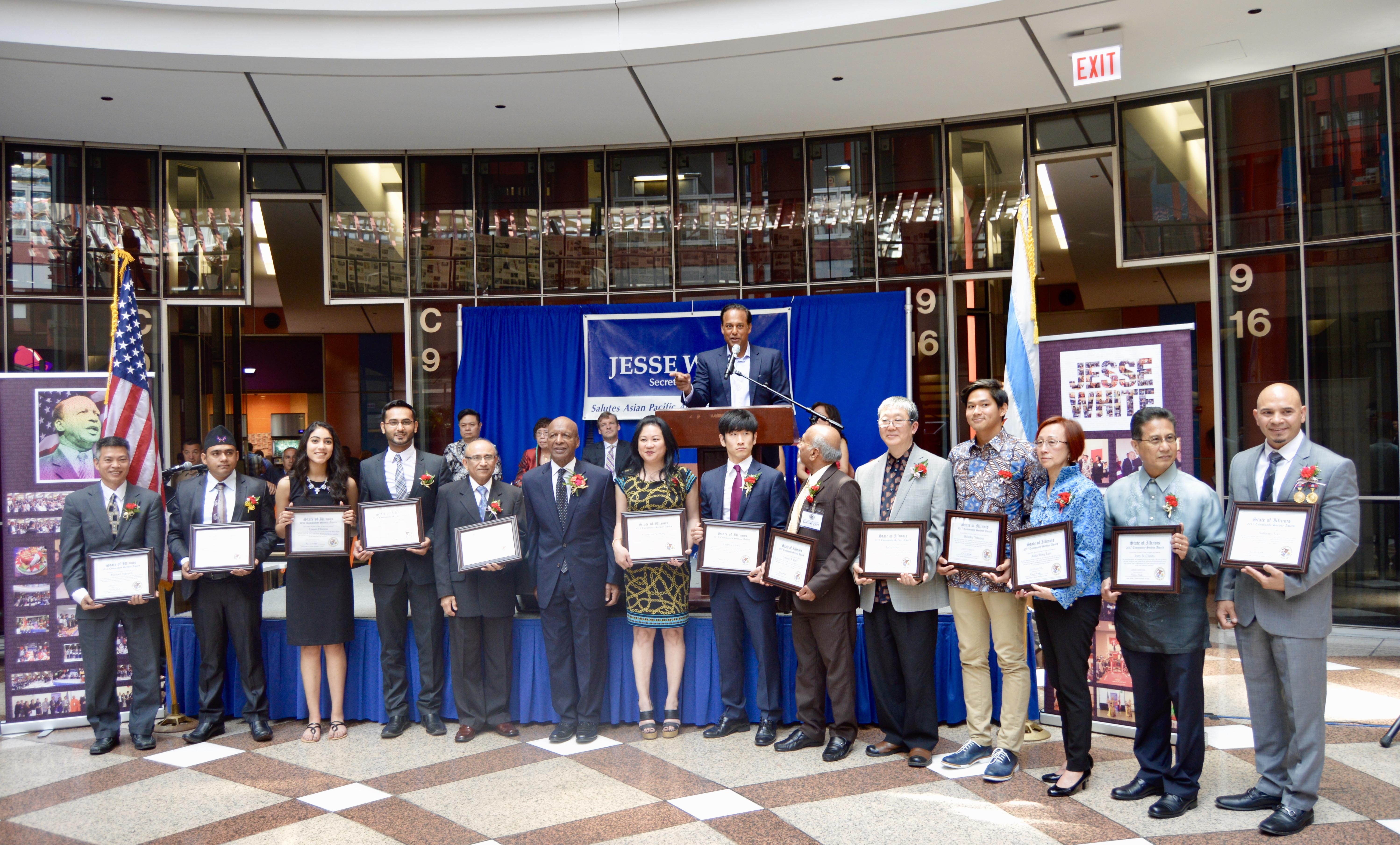 伊利諾州州務卿懷特(左)16日在州府大樓大廳舉行的亞太裔傳統月慶祝活動中,黃婉嫻榮獲「社區服務獎」。(記者董宇/攝影)