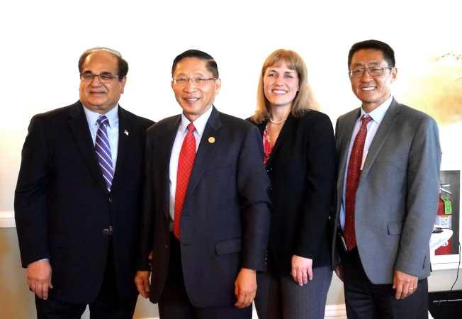 西溫莎舉辦市長薛信夫致敬會,左起:卡南、薛信夫、克里斯汀‧艾普斯、張迎潮。(記者謝哲澍/攝影)