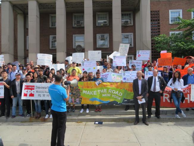 300名來自皇后區多個機構的英語班學生,16日在皇后區公所前,抗議市長白思豪2018財年預算大砍經費。(記者陳小寧/攝影)