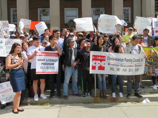 華策會20餘名師生前來參加抗議,高喊「我們需要上英語班」,表示如果不獲得市府撥款,700名學生將受影響。(記者陳小寧/攝影)