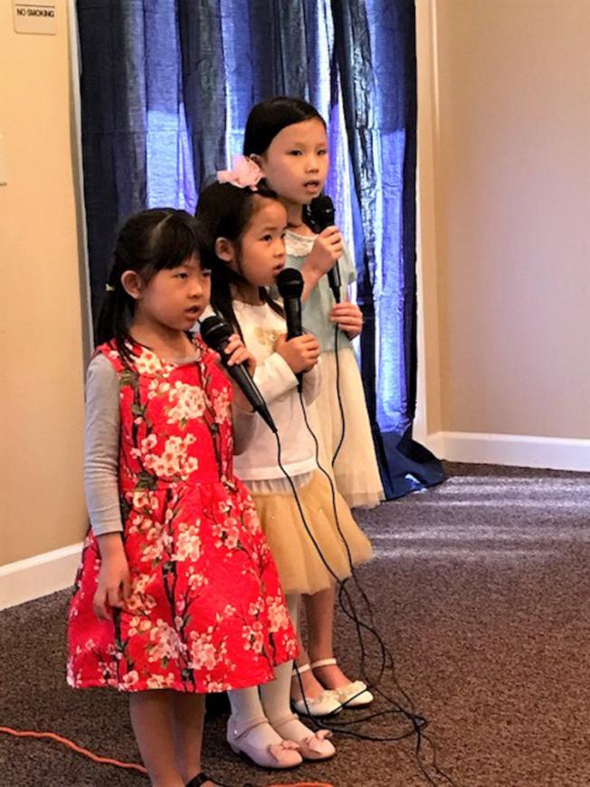 左起4歲的黃渝晴(Fiona Huang)、黃永蕊(Bliss Huang)、7歲的謝佳蓉(Ellie Hsieh)字正腔圓的唱了好幾首國語流行歌曲,贏得大家熱烈的掌聲和叫好。(記者王明心/攝影)