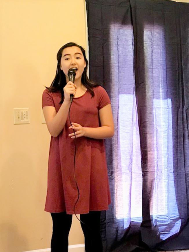 羅凱莉用她純淨甜美的歌聲結束當天「三節合一」的慶祝會。(記者王明心/攝影)