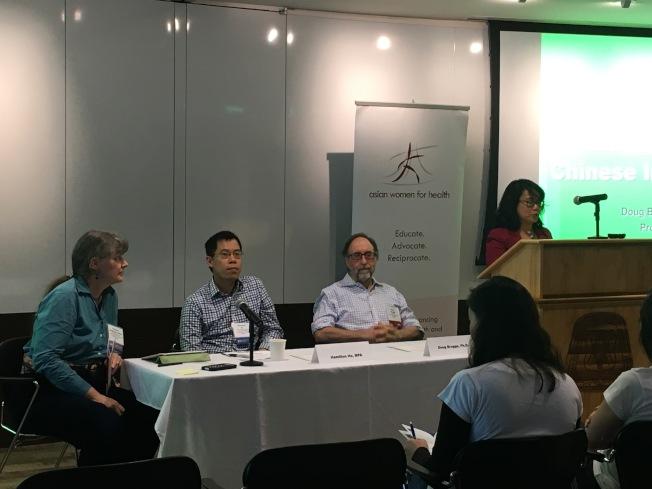 麻州亞裔女性健康會議上,塔芙茨醫學院教授布魯格(左三)和亞裔社區發展協會首席執行官Hamilton 何(左二)分享關於華裔哮喘和華埠行人安全研究。(記者劉晨懿之/攝影)