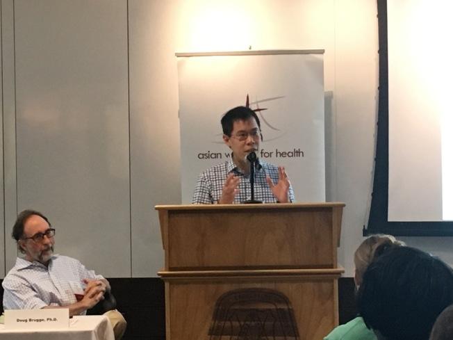 亞裔社區發展協會首席執行官Hamilton 何(講台前)分享該會進行的華埠行人安全報告。(記者劉晨懿之/攝影)