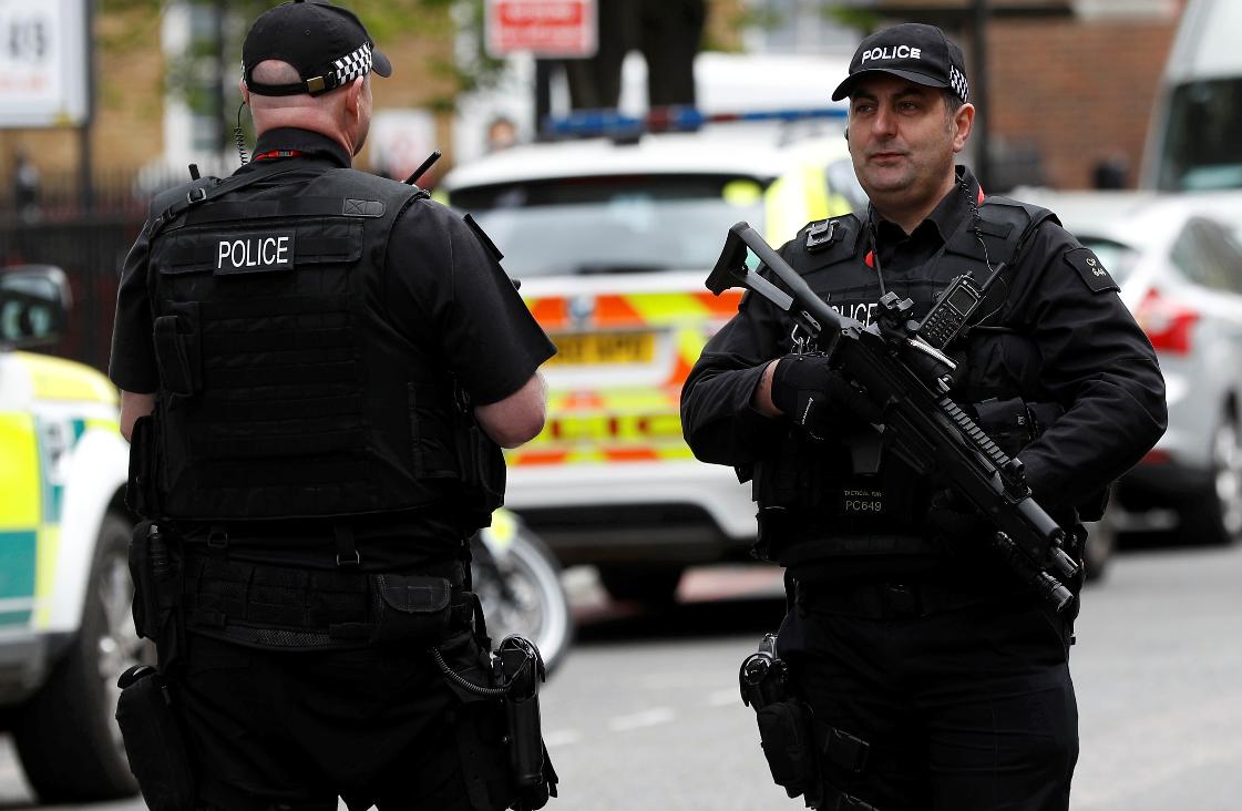 英國武裝警察在街頭巡邏。路透