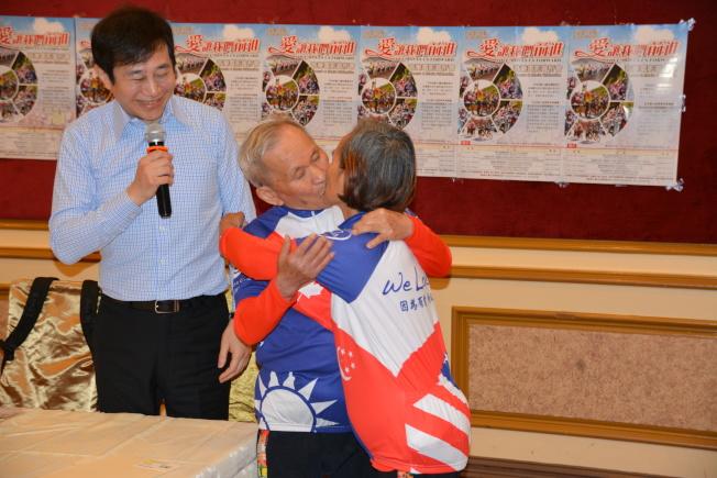 人老心不老,如今93歲的康孟麟老人和太太康游麗月用熱情激吻,表達對幸福生活的感念和對年輕心態的追求。(記者高梓原/攝影)