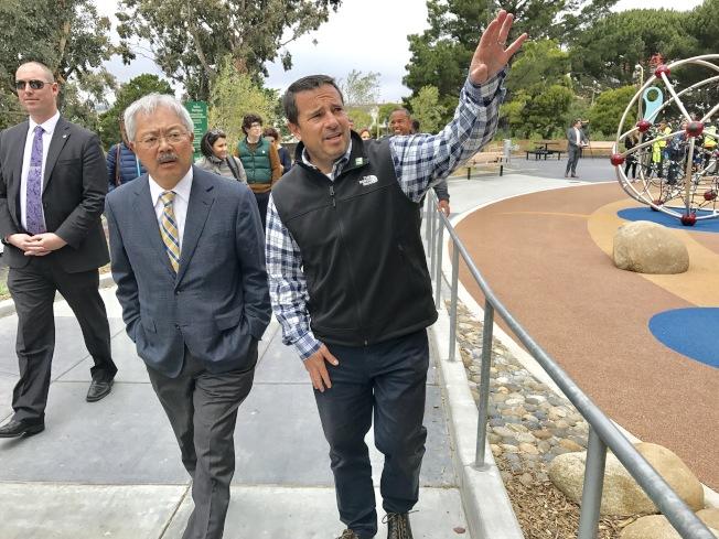 康樂公園部總經理金斯堡(右)向李孟賢(左)介紹山頂公園的建設情況。(記者黃少華/攝影)