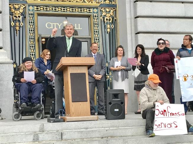 多名市議員支持長者和殘障人士爭取更多預算的訴求。(記者黃少華/攝影)