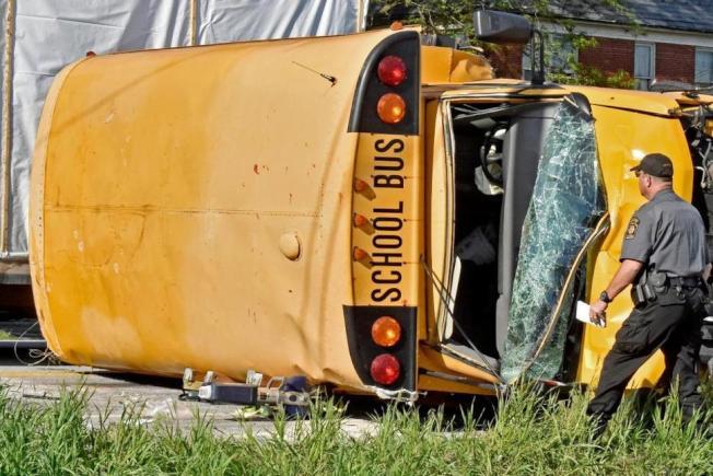 美國蘭開斯特孟諾中學校車翻覆。(圖/翻攝自美國新聞網)
