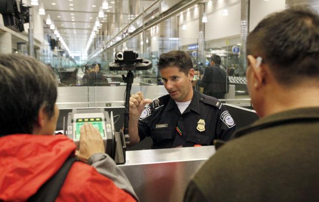 綠卡持有者若有前科,即使已經結案,若是出國回來後,法律視為「機場假釋入境」,可能引發遣返程序展開。(美聯社)